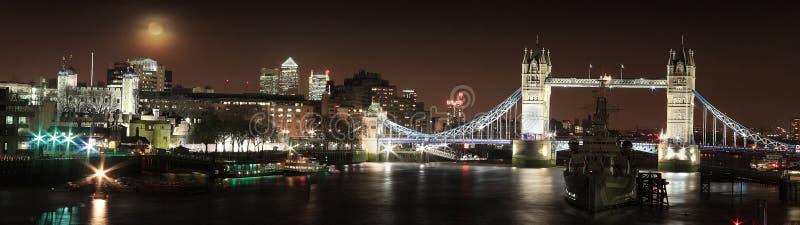 FlodThemsen och ha som huvudämne turist- dragningar av stadsmitten på natten arkivbild