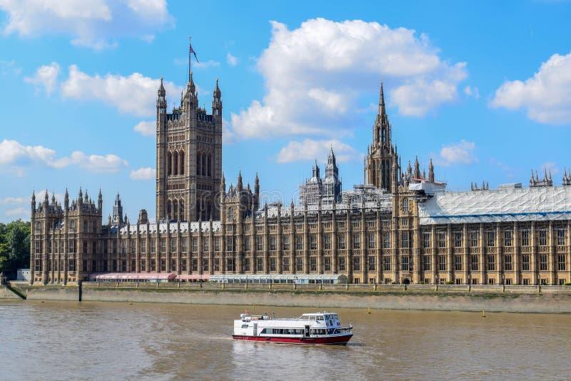 FlodThemsen och slott av Westminster & x28; Hus av parlamentet arkivfoto