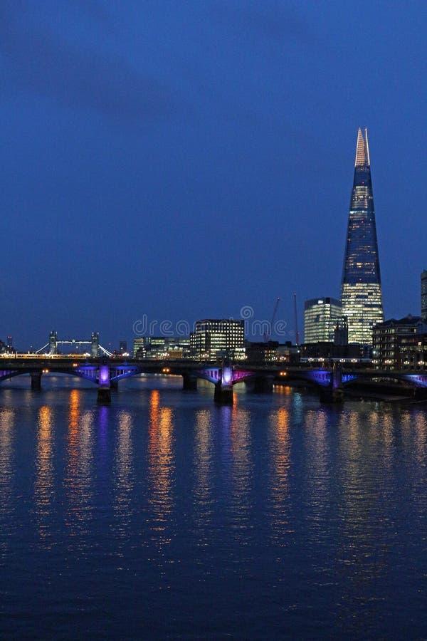 FlodThemsen, tornbro och skärvan, London på natten arkivbild