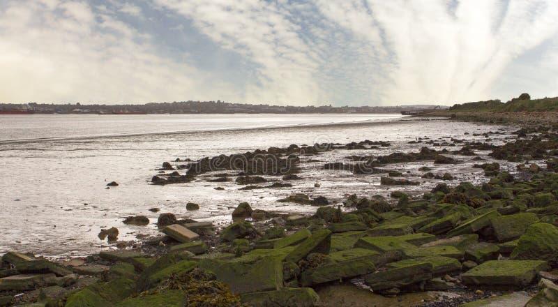 FlodThemsenbred flodmynning UK arkivbild