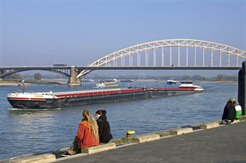 Flodtrafik på Waalen, stad Nijmegen fotografering för bildbyråer
