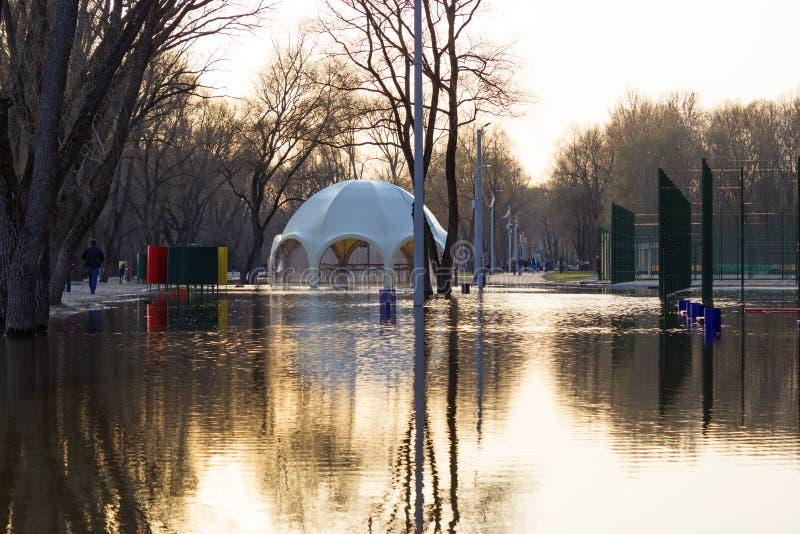 Flooded parkerar, stranden och denformade stången royaltyfri fotografi