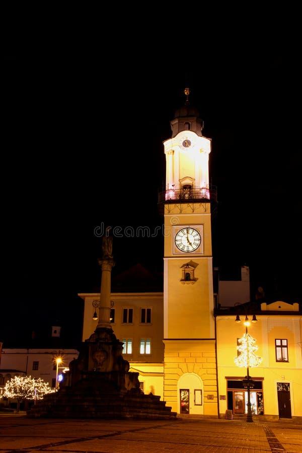 Floodlit башня с часами в главной площади Banska Bystrica Словакии стоковые фотографии rf