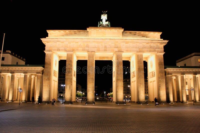 Floodlit строб Бранденбурга в Берлине с немного мимолетный shad стоковое изображение rf