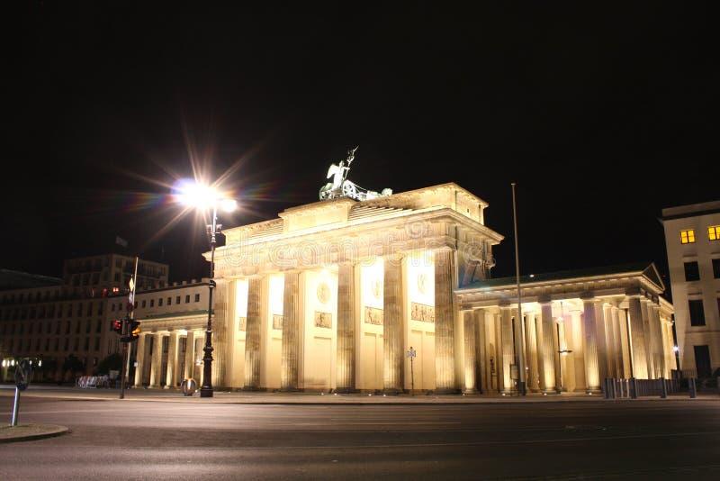 Floodlit строб Бранденбурга в Берлине с немного мимолетный shad стоковая фотография rf