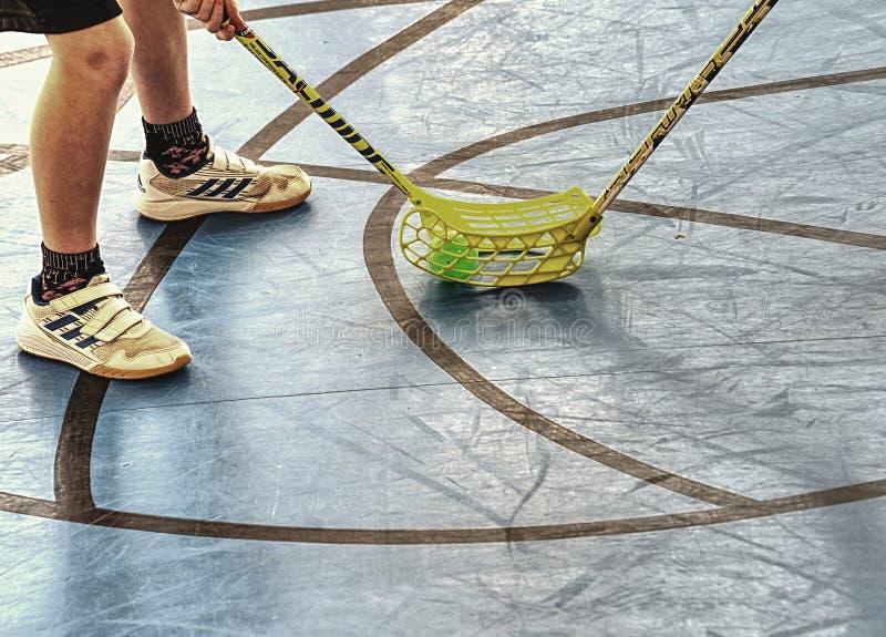 Floorball spelare ?r klara f?r att b?rja av leken royaltyfri foto