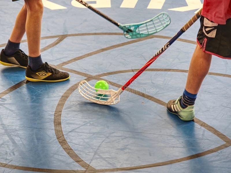 Floorball spelare ?r klara f?r att b?rja av leken arkivfoto
