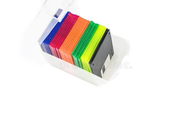 Floppy disk antiquati in cassa di stoccaggio isolata su fondo bianco fotografia stock