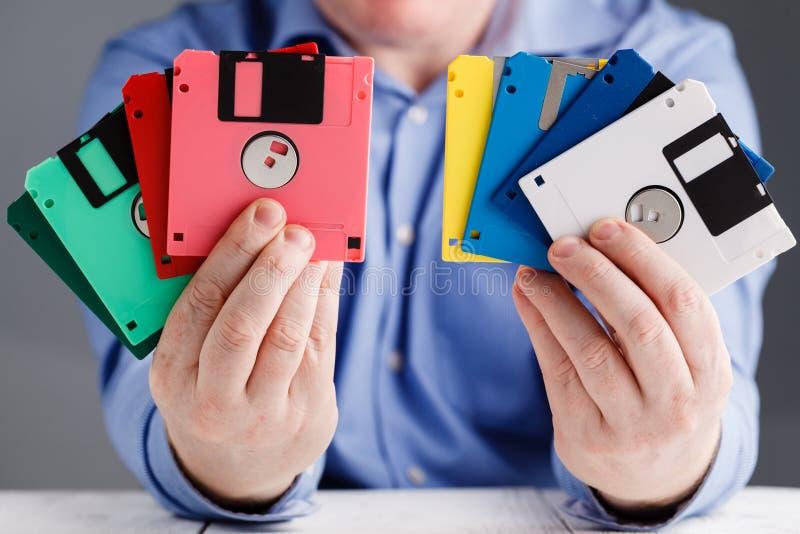 Floppy disk maschio in mani, retro stoccaggio della tenuta immagini stock