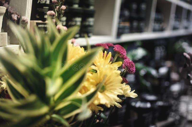 Flor amarilla y púrpura 3 imagen de archivo