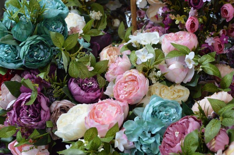Flor artificial, fondo colorido, cierre para arriba fotografía de archivo libre de regalías