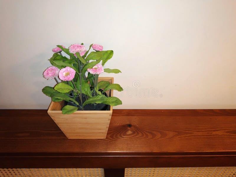 Flor artificial no grsce no fundo de paredes bege como um contexto foto de stock royalty free