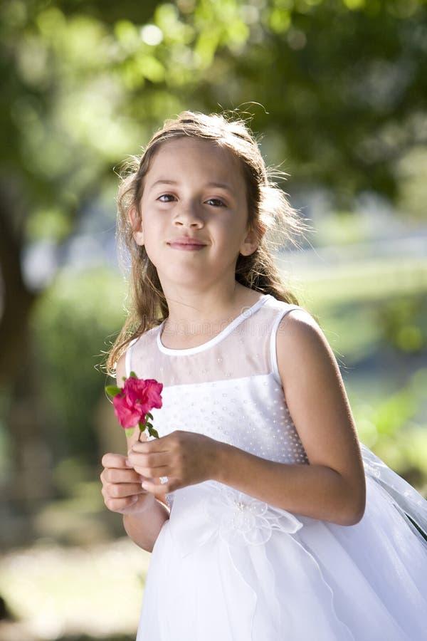 Flor blanca de la explotación agrícola de la alineada del niño que desgasta hermoso fotos de archivo libres de regalías