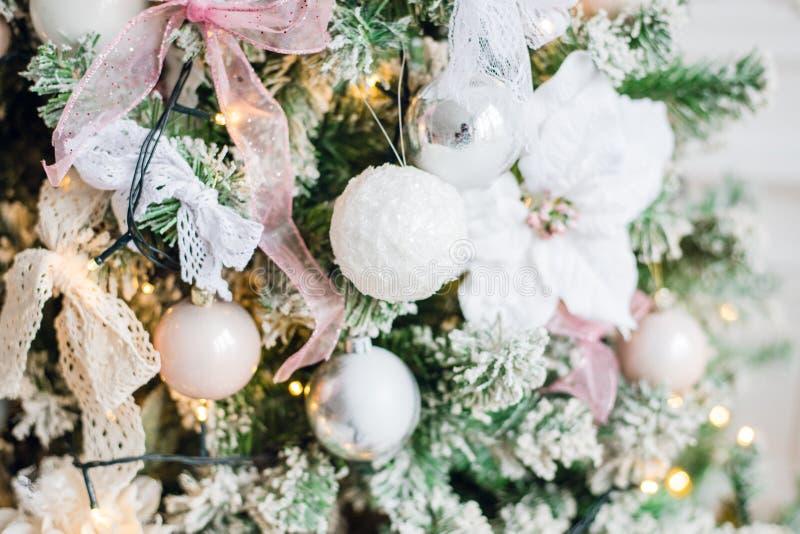 Flor blanca embellecida de la decoración del árbol de navidad fotografía de archivo libre de regalías
