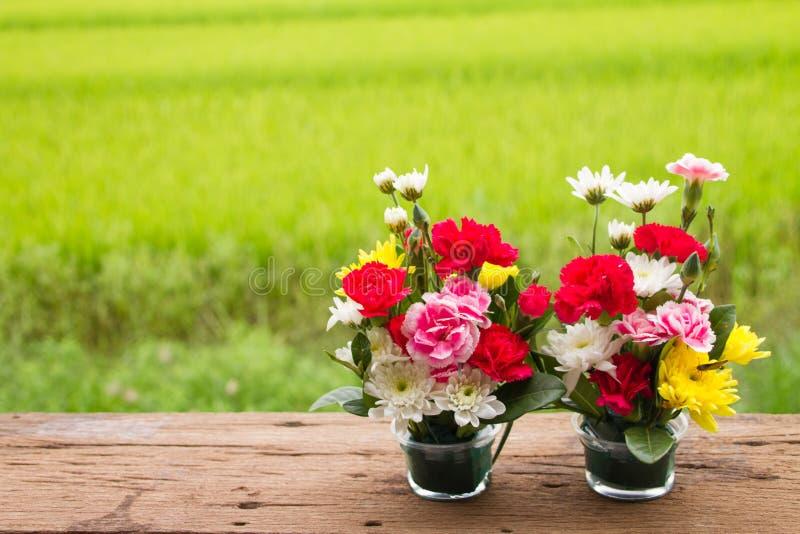 flor bonita do ramalhete na madeira velha imagens de stock royalty free