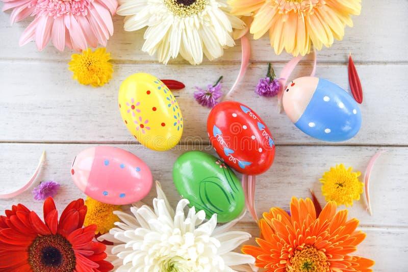 Flor coloerful de la decoración de los huevos de Pascua con las flores del gerbera y del crisantemo imagen de archivo libre de regalías