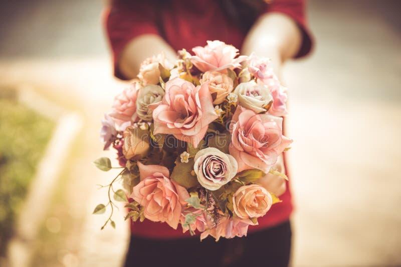 Flor color de rosa del amor de la flor del control de la mano de las mujeres del primer fotos de archivo libres de regalías