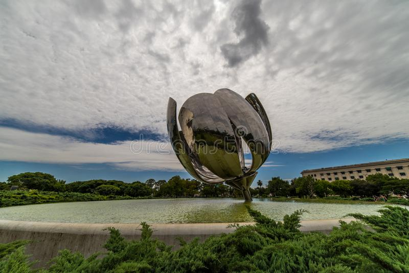 A flor comum motorizada de Floralis Generica da escultura nos United Nations estaciona, Buenos Aires foto de stock