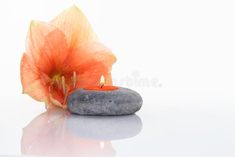 Flor con la vela fotografía de archivo libre de regalías