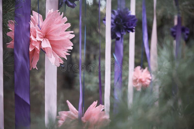 Flor cor-de-rosa com fitas em uma floresta conífera fotografia de stock