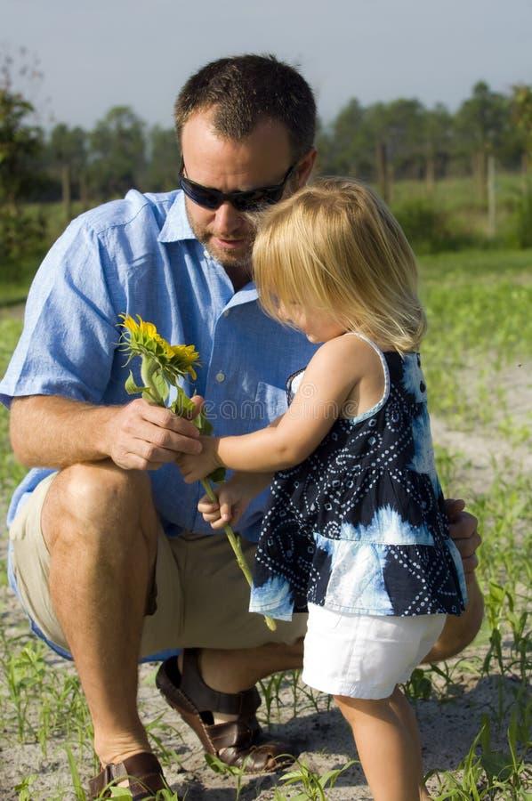 Flor da terra arrendada do homem e da menina fotos de stock royalty free