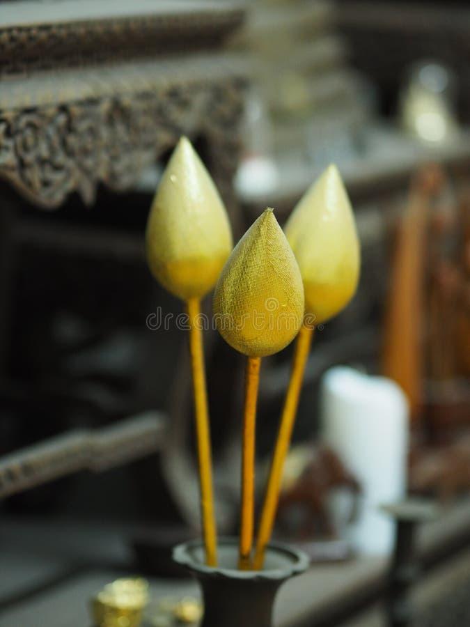 Flor de lótus dourada no vaso de bronze veneralvelmente, Buda de adoração imagens de stock royalty free