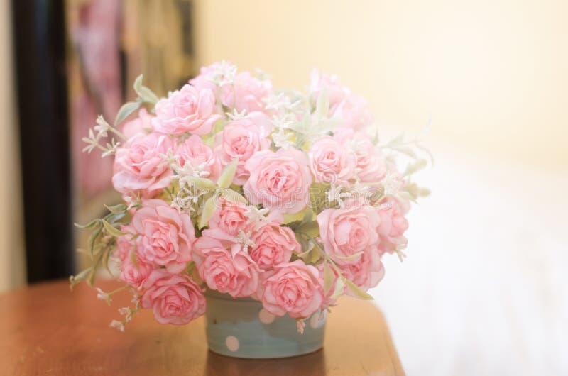 Flor de la falsificación de Rose en tarro fotos de archivo