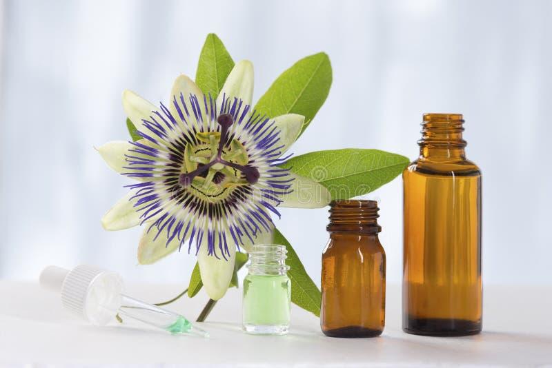 Flor de la pasión con el bottl del vidrio del marrón del aceite esencial del aromatherapy fotografía de archivo libre de regalías