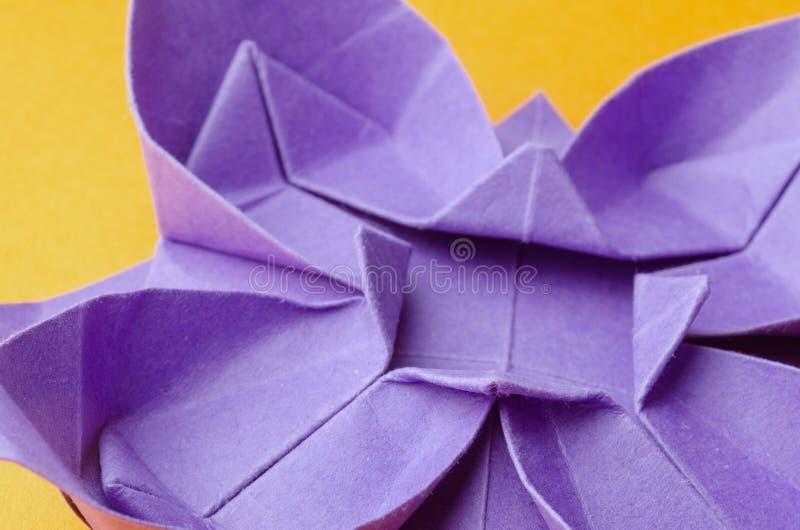 Flor de papel azul en fondo amarillo foto de archivo libre de regalías