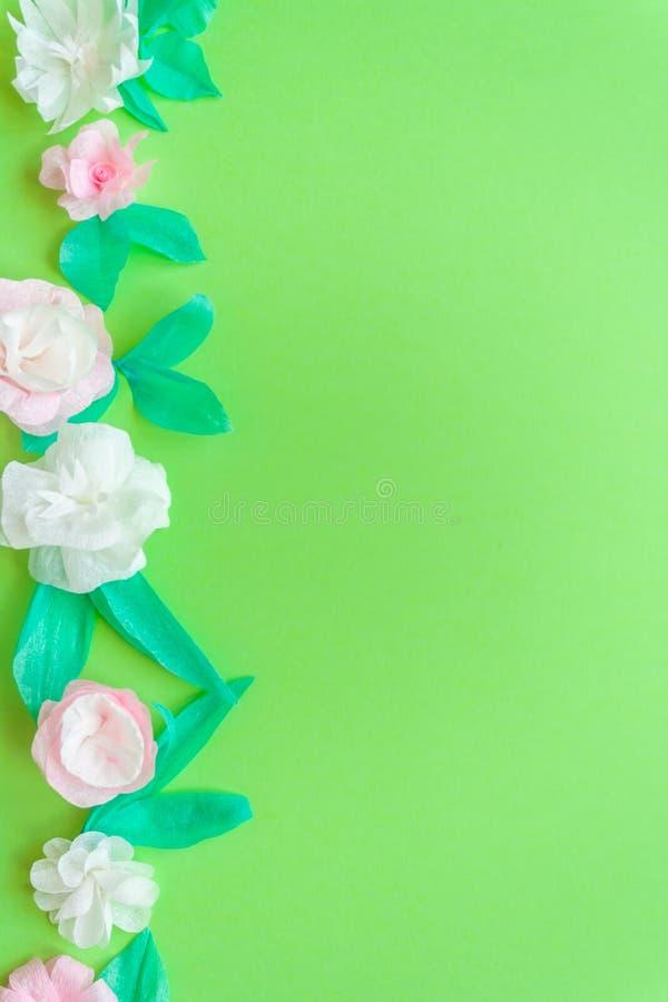 Flor de papel da cor no fundo verde ilustração stock
