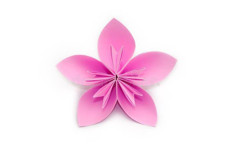 Flor de papel rosada de la papiroflexia en el fondo blanco fotos de archivo