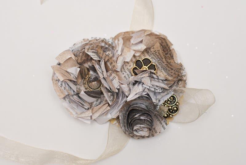 Flor de papel y ramillete de la cinta imagenes de archivo