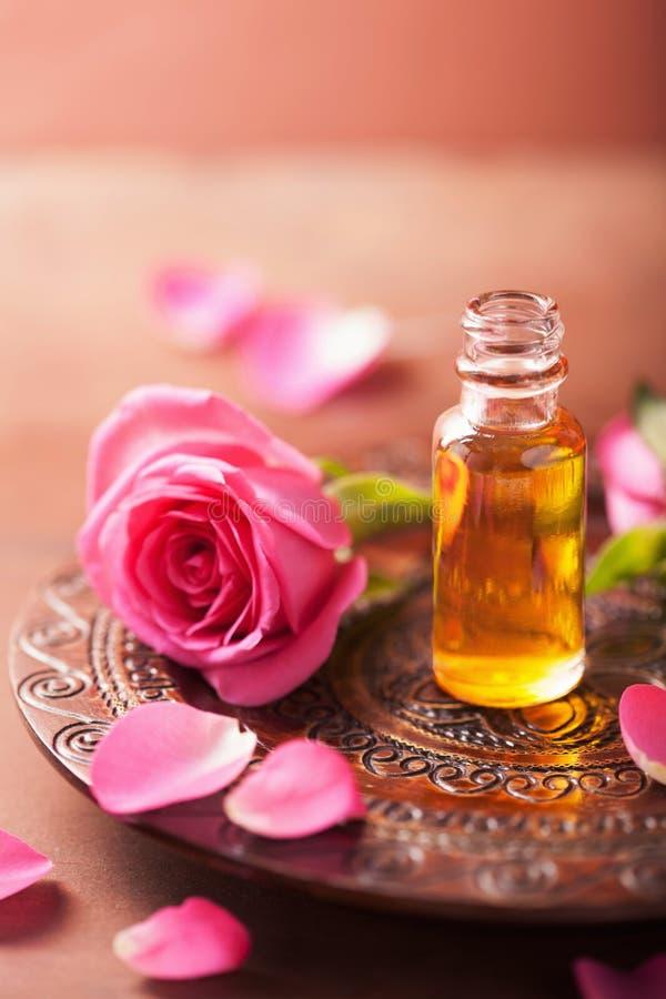 Flor de Rose y aceite esencial Balneario y Aromatherapy foto de archivo