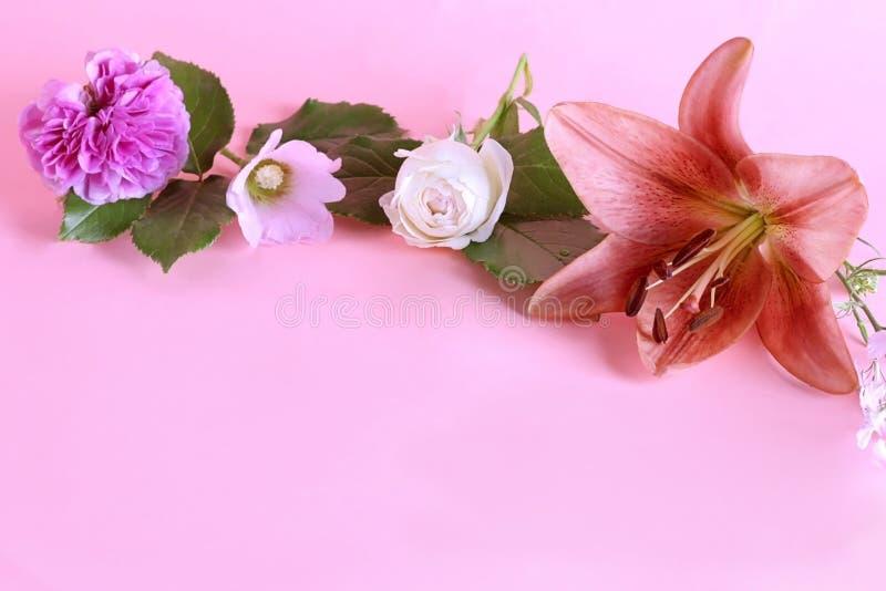 Flor del lirio real con otras flores en un fondo en colores pastel de la lila dulce con el espacio de la copia fotos de archivo