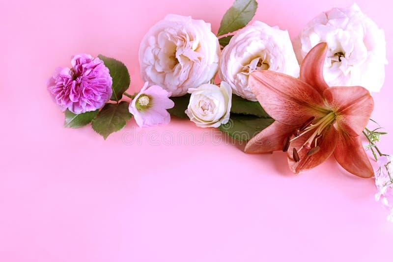 Flor del lirio real con otras flores en un fondo en colores pastel de la lila dulce con el espacio de la copia imágenes de archivo libres de regalías