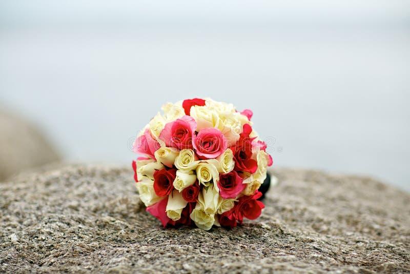 Flor del ramo de la boda en la roca fotos de archivo