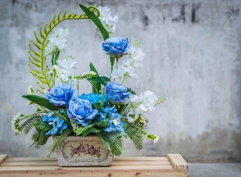 Flor del ramo en florero fotografía de archivo libre de regalías
