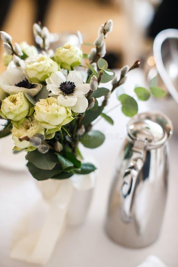 Flor del ramo en florero en la tabla de la boda imagenes de archivo