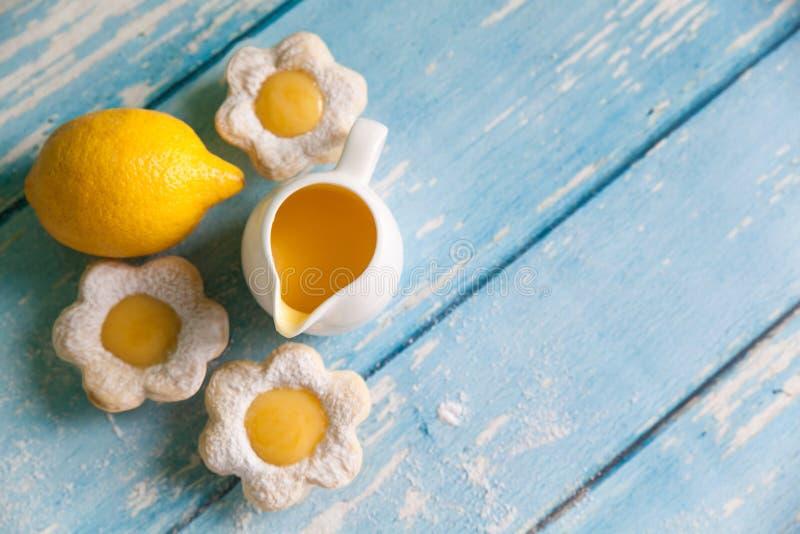 A flor deu forma a tartlets com coalho de limão imagens de stock royalty free