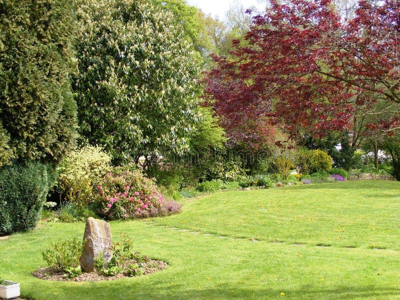 A flor e a árvore laterais do jardim limitam Anvin França fotografia de stock