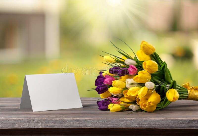 Flor e cartão na mesa imagens de stock