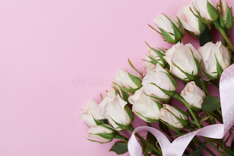 Flor e fita de Rosa no fundo do rosa pastel de cima de Cartão bonito Denominação lisa da configuração Copie o espaço para o texto foto de stock
