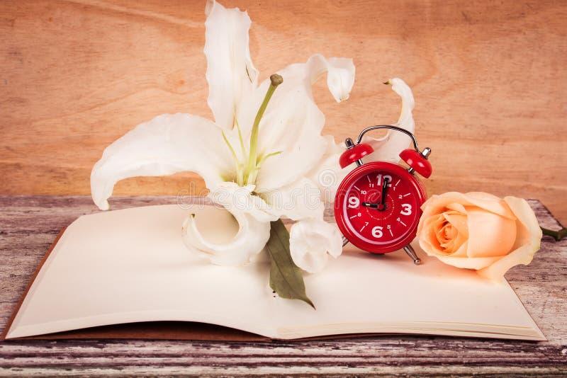 Download Flor E Relógio De Lilly No Livro De Nota Foto de Stock - Imagem de lírio, papel: 65581332
