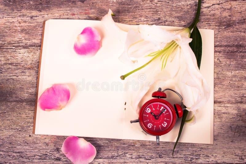Download Flor E Relógio De Lilly No Livro De Nota Imagem de Stock - Imagem de literatura, fora: 65581343
