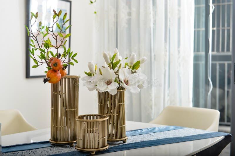 Flor en el florero de cobre imagen de archivo