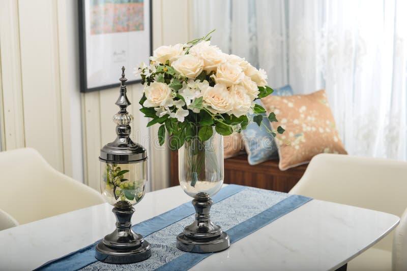 Flor en el florero de cristal de cobre foto de archivo libre de regalías