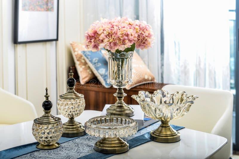 Flor en el florero de cristal de cobre imágenes de archivo libres de regalías
