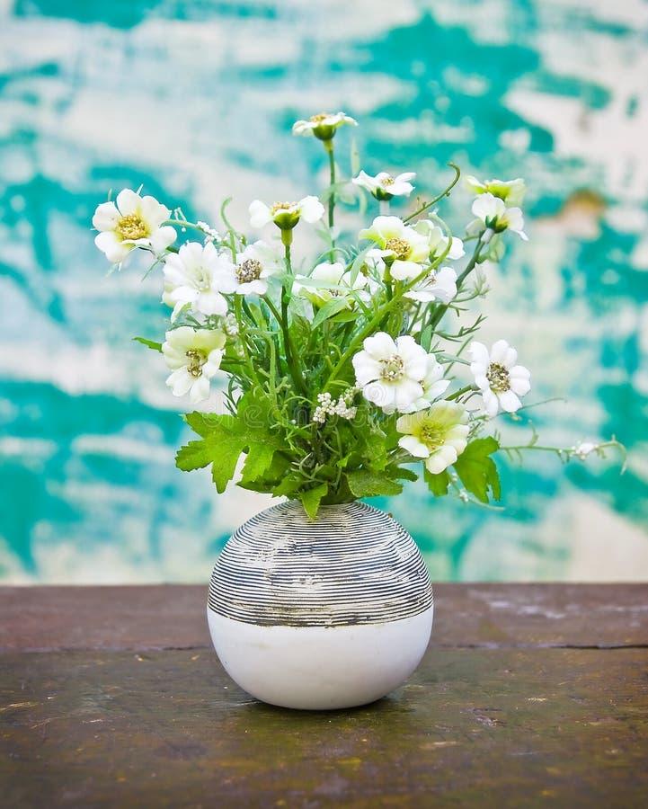 Flor en florero foto de archivo