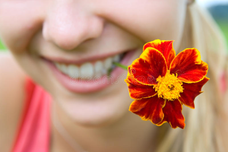 Flor en la boca imagen de archivo