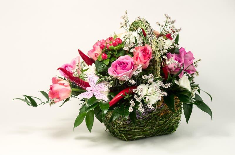 Flor en la cesta hecha de materiales naturales foto de archivo